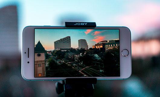 動画を再生しているスマートフォンの画像