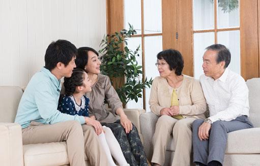 5人家族で楽しく団欒する様子が伺える画像