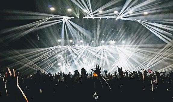音楽ライブ会場の盛り上がりを写した画像