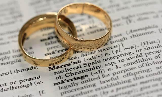 男女の結婚指輪を並べた画像