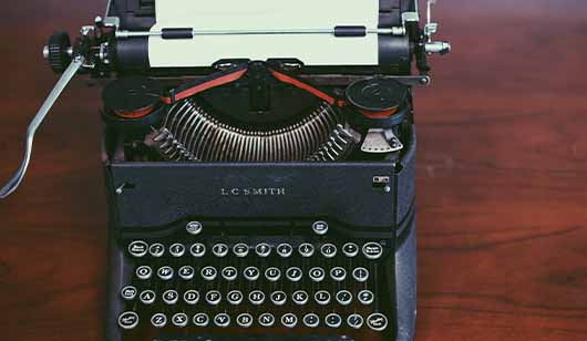 台本を書くためのタイプライターの画像