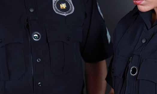 ボディーカメラを装着した警官の画像