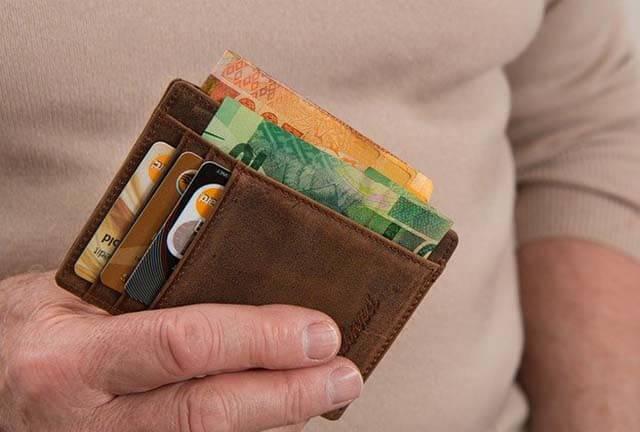 海外ドラマで英語を勉強すると自分のお財布にとってもメリットが大きいことを紹介した画像